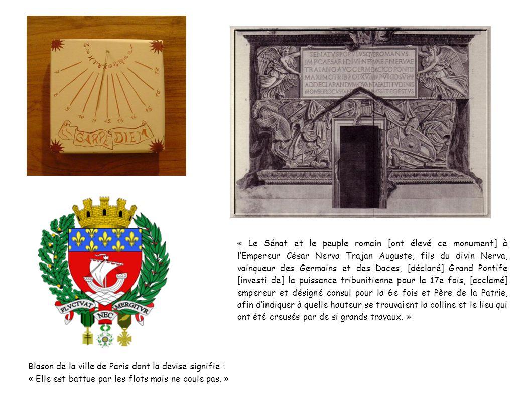 « Le Sénat et le peuple romain [ont élevé ce monument] à l'Empereur César Nerva Trajan Auguste, fils du divin Nerva, vainqueur des Germains et des Daces, [déclaré] Grand Pontife [investi de] la puissance tribunitienne pour la 17e fois, [acclamé] empereur et désigné consul pour la 6e fois et Père de la Patrie, afin d'indiquer à quelle hauteur se trouvaient la colline et le lieu qui ont été creusés par de si grands travaux. »